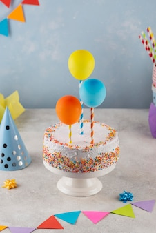 Assortiment met taart en ballonnen hoge hoek