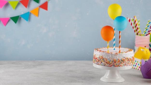 Assortiment met taart en ballonnen