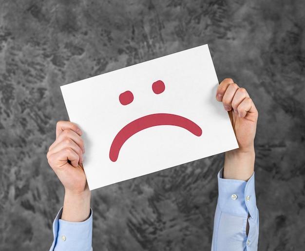 Assortiment met trieste emoji op kaart