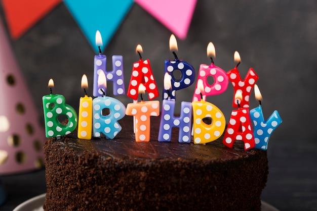 Assortiment met verjaardagskaarsen en cake