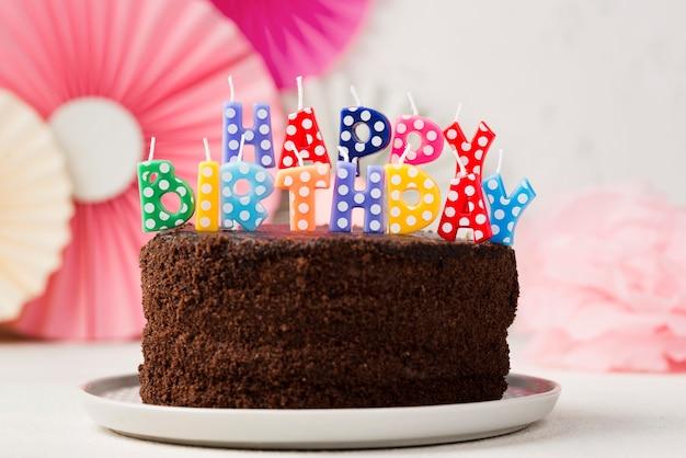 Assortiment met verjaardagstaart en kaarsen