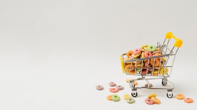 Assortiment met winkelwagentje vol ontbijtgranen
