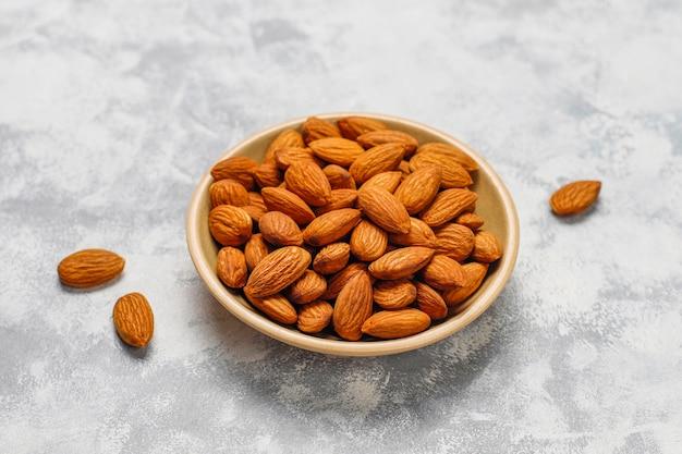 Assortiment noten in keramische platen. cashewnoten, hazelnoten, walnoten, pistache, pecannoten, pijnboompitten, pinda, rozijnen. bovenaanzicht