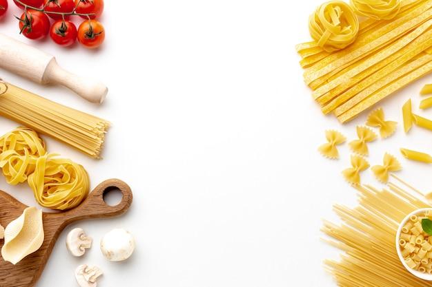 Assortiment ongekookte pasta met