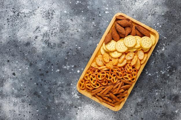 Assortiment ongezonde snacks.