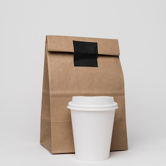 Assortiment papieren zakken en koffiekopjes