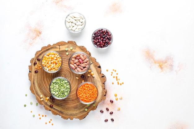 Assortiment peulvruchten en bonen.gezonde veganistische proteïne voeding.