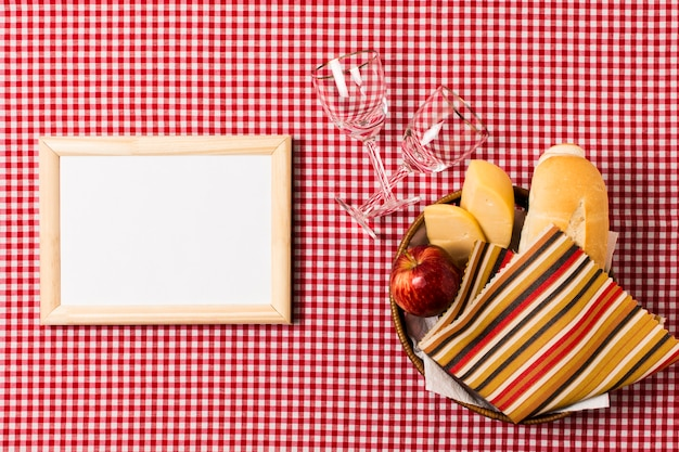 Assortiment picknick bovenaanzicht naast leeg frame