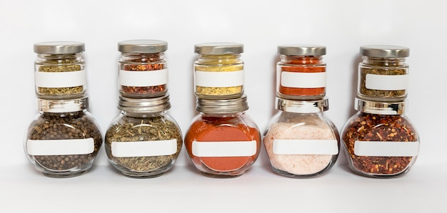 Assortiment potten met specerijen en kruiden