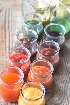 Assortiment sauzen in de glazen potten