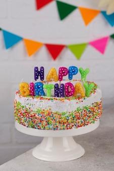 Assortiment taarten en feestartikelen