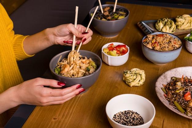 Assortiment van aziatisch eten op tafel