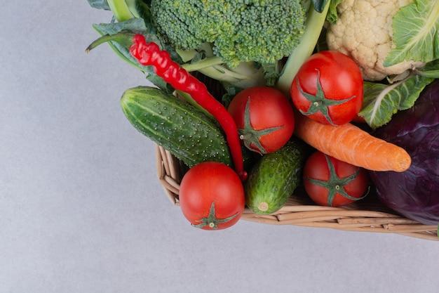 Assortiment van biologische groenten in houten mand