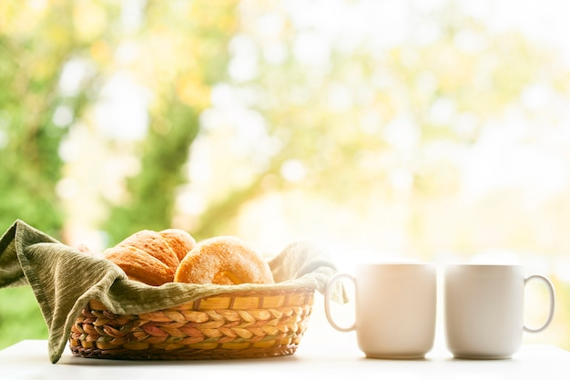 Assortiment van bladerdeeg met koffie
