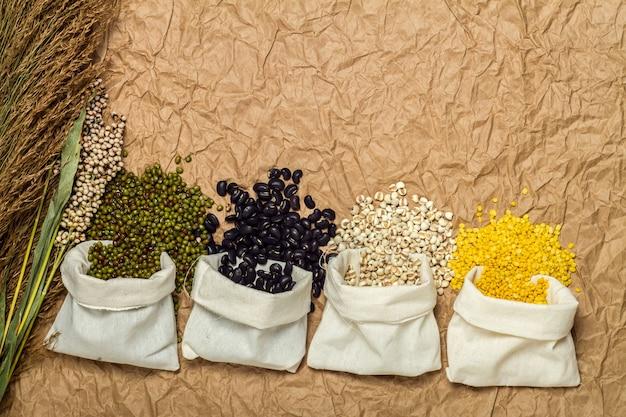 Assortiment van bonen en linzen in zakken