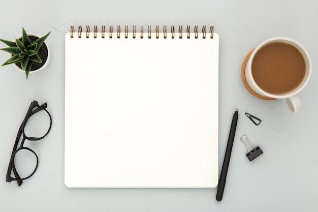 Assortiment van bureau-elementen op een grijze achtergrond