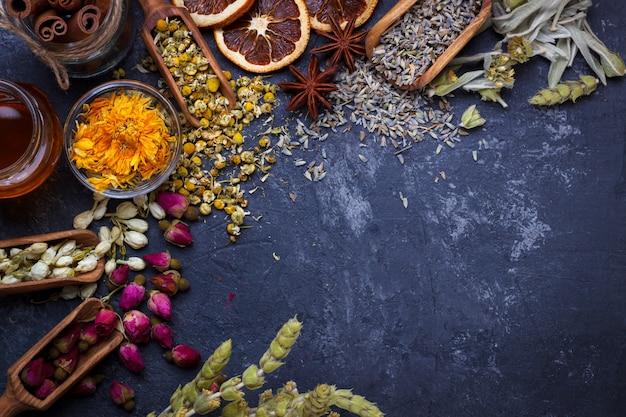 Assortiment van droge bloem thee