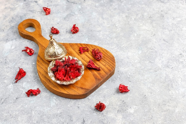 Assortiment van droge thee in gouden vintage mini bordjes. thee soorten
