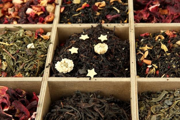 Assortiment van droge thee in houten kist, close-up