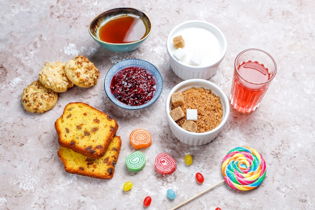 Assortiment van eenvoudige koolhydraten voedsel op lichte tafel