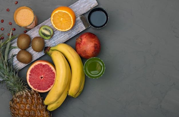 Assortiment van exotisch fruit, bovenaanzicht en kopie ruimte