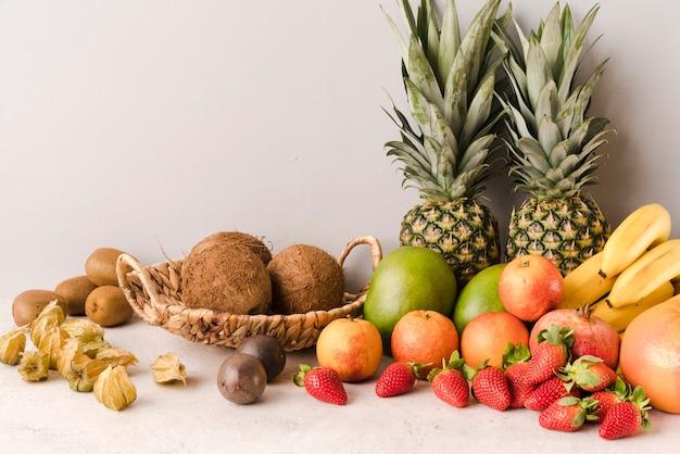 Assortiment van exotische vruchten op tafel