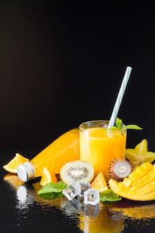 Assortiment van fruit en sappen