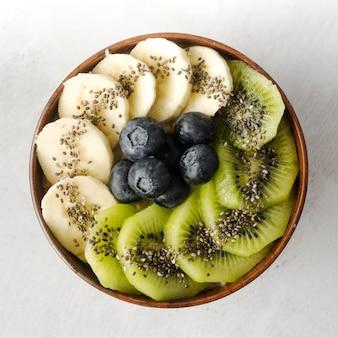 Assortiment van fruit in kom bovenaanzicht