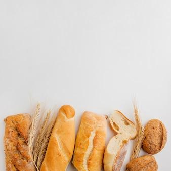Assortiment van gebak met tarwegras