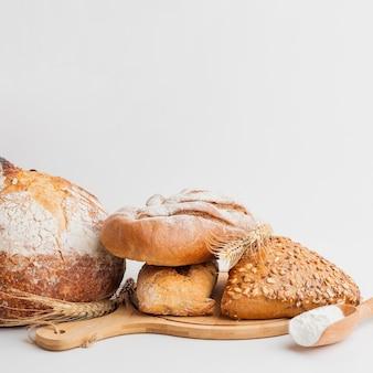 Assortiment van gebak op houten bord