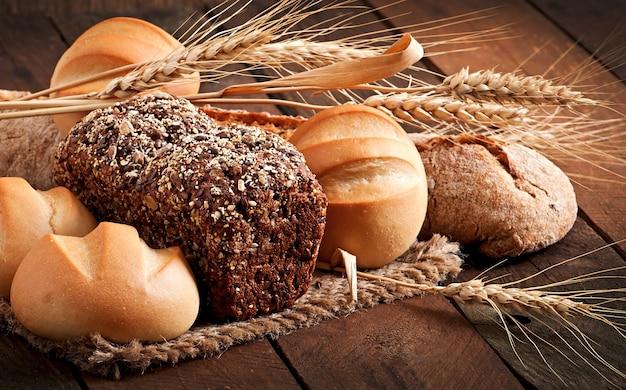 Assortiment van gebakken brood op een houten tafel