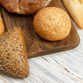 Assortiment van gebakken brood op houten tafel. bovenaanzicht met kopie ruimte