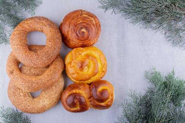 Assortiment van gebakken goederen op witte achtergrond.