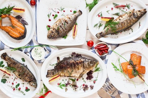 Assortiment van gefrituurde vastende visgerechten plat leggen. bovenaanzicht op gegrilde zeevruchten. mediterraan