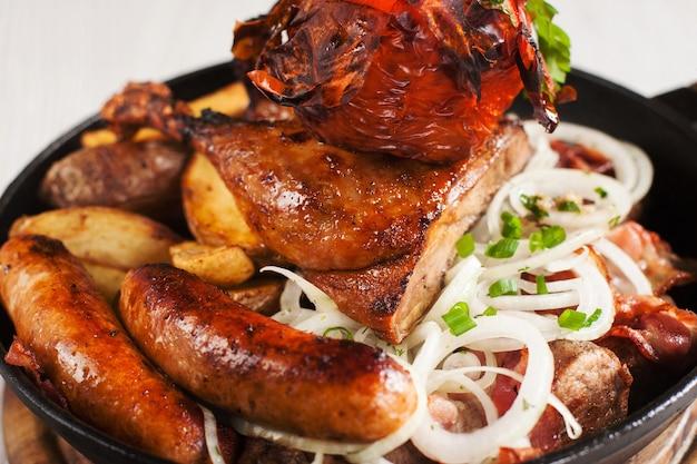 Assortiment van gegrilde kip en vlees snacks close-up