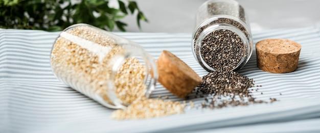 Assortiment van gemalen zaden in potten