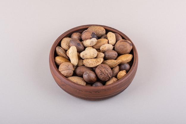Assortiment van gepelde biologische noten geplaatst op een witte achtergrond. hoge kwaliteit foto