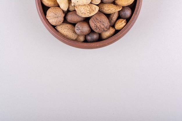 Assortiment van gepelde biologische noten geplaatst
