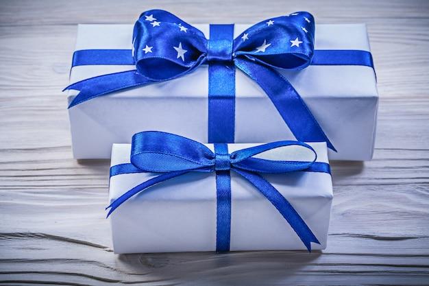 Assortiment van geschenkdozen op een houten bord