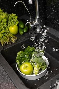 Assortiment van gezond voedsel dat wordt gewassen