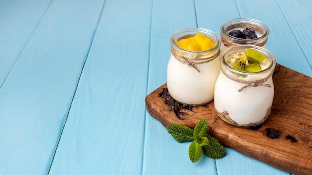 Assortiment van heerlijke ontbijtmaaltijd met yoghurt