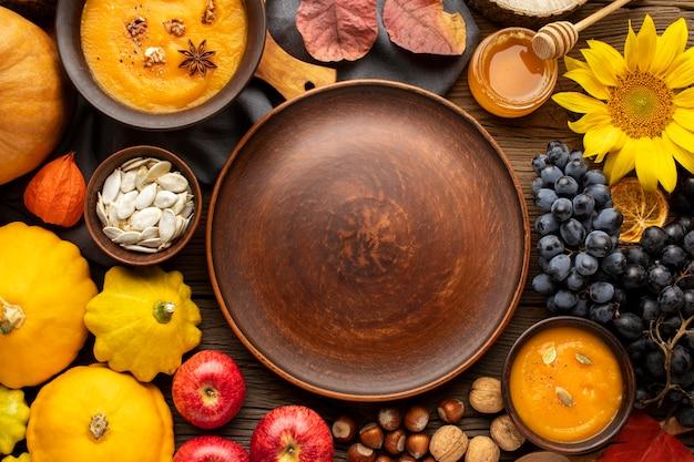 Assortiment van herfstkleuren in de ruimte van het voedselexemplaar