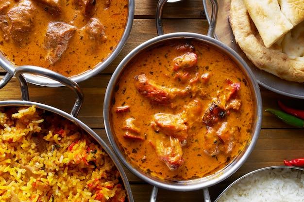 Assortiment van indiase curry en rijst gerechten geschoten uit overhead samenstelling