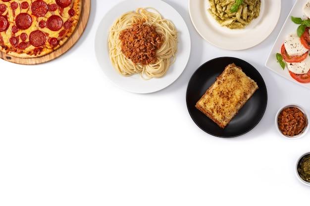 Assortiment van italiaanse pastagerechten op wit wordt geïsoleerd