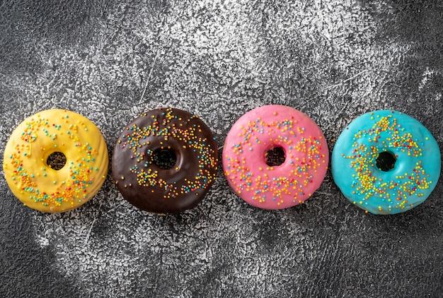 Assortiment van kleurrijke donuts op donkere achtergrond