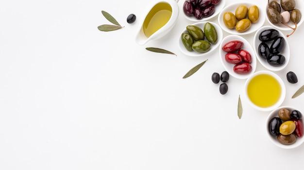 Assortiment van kleurrijke olijven met kopie ruimte