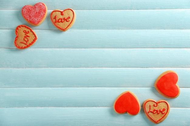 Assortiment van liefdeskoekjes op blauwe houten tafelachtergrond