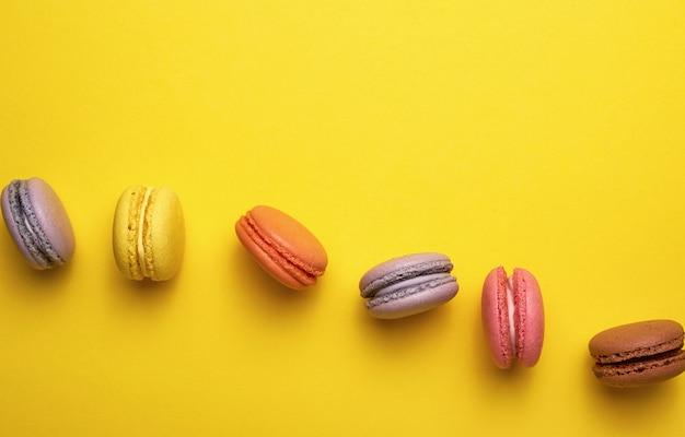 Assortiment van multi gekleurde gebakken ronde macarons