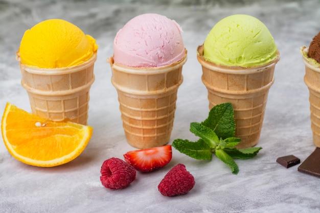 Assortiment van natuurlijk ijs - aardbei, chocolade, sinaasappel, bosbes en munt