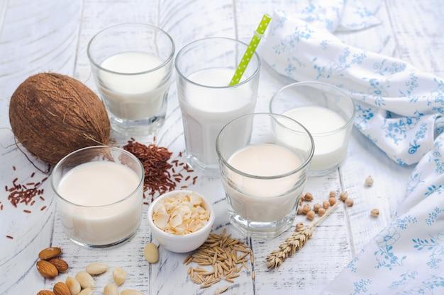 Assortiment van niet-zuivel veganistische melk en ingrediënten